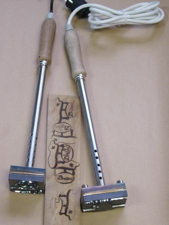 Grijač ugrađen u pečat za ostavljanje otisaka na drvu ili koži